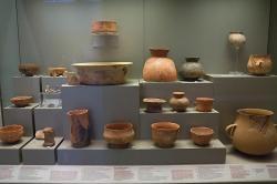 Keramika kultury Sesklo, raný a střední neolit, 6500 až 5300 před n. l. Národní archeologické muzeum v Athénách. Kredit: Zde, Wikimedia Commons.
