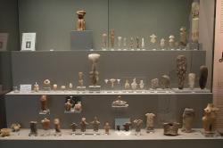 Figurky z kamene (většinou mramoru) i pálené hlíny. Neolit, 6500 až 3300 před n. l. Národní archeologické muzeum v Athénách. Národní archeologické muzeum v Athénách. Kredit: Zde, Wikimedia Commons.