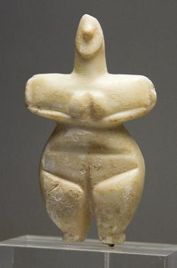 Ženská postava, mramor, Thessalie, 5300 až 3300 před n. l. Národní archeologické muzeum v Athénách, č. 8772. Kredit: Zde, Wikimedia Commons.