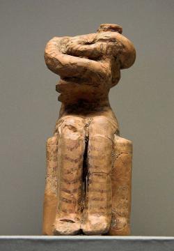 """Ženská postava chová malé dítě, torzo, drobná malovaná terakota. """"Kúrotrofos"""", ale už z pozdního neolitu, 4800 až 4500 před n. l. Místo nálezu: Sesklo. Národní archeologické muzeum v Athénách, č. 5937. Kredit: Zde, Wikimedia Commons."""