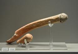 Keramické držáky naběraček ve tvaru falů. Sesklo. Pozdní neolit II, 4800-4500 před n. l. Národní archeologické muzeum v Athénách, č. 12493, 15948. Kredit: Zde, Wikimedia Commons.