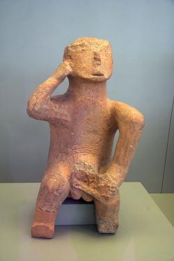"""Větší terakota zvaná """"Myslitel"""", pozdní neolit, 4500 až 3300 před n. l. Karditsa, Thessalie. Národní archeologické muzeum vAthénách, č.  5894. Kredit: Zde, Wikimedia Commons."""