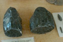 Obsidiánová jádra a ostří z neolitického sídla na ostrůvku Saliagos u Paru, 4000 až 3000 před n. l. Archeologické muzeum na Paru. Kredit: Zde, Wikimedia Commons
