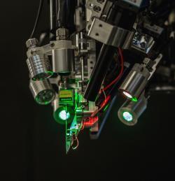 Robot Neuralinku připomíná šicí stroj na mozek. Kredit: Neuralink.