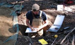 Spoluautor Scott Morford při práci v terénu při níž vyšlo najevo, že zvětrávání hornin je významný zdroj dusíku, který rozhoduje o koloběhu uhlíku na Zemi. Kredit: Scott Morford