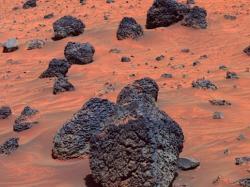 Než se člověk vydá ke hvězdám, bude si muset potřebné technologie a postupy vyzkoušet na Marsu. Záběr z Marsu pořízený vozítkem Spirit. (Zdroj NASA).