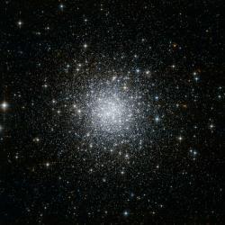 Elegantní kulová hvězdokupa NGC 7006. Kredit: NASA.