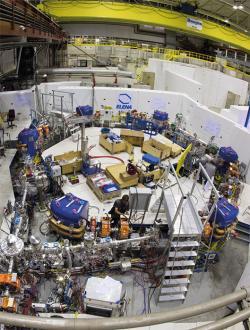 Nové zařízení ELENA, které převezme antiprotony z antiprotonového zpomalovače s energií 5,3 MeV, zpomalí je na energii 100 keV a předá je experimentům. Výsledkem bude zmenšení ztrát počtu antiprotonů a lepší kvalita jejich souborů. (Zdroj CERN).