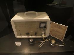 Léčba elektrošoky, osmdesátá léta. Kredit: Bjoertvedt / Wikimedia Commons.