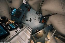 Pohled zhorního patra do interiéru. Kredit: SAGA Space Architects.