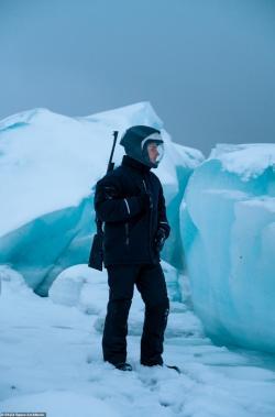 Sebastian Aristotelis na jedné zvycházek mimo habitat vybaven puškou kvůli možnému střetu sledním medvědem nebo jinou divokou zvěří. Kredit: SAGA Space Architects.