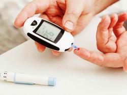 Když glukometr ukáže hodnotu vyšší než 5,6 nebo nižší než 3,6 (mmol/l), máme asi problém. Jenže kolik lidí nezná hodnotu koncentrace glukózy ve své krvi. Psát o linii a správné životosprávě by bylo opakováním notoricky známých souvislostí. Někdy mají na svědomí cukrovku geny, nebo epigenetické procesy.