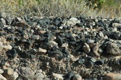 Přírodní obsidián na pahorku Nychia na Mélu (Milosu). Kredit: Wikimedia Commons.