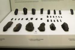 Opracovaný obsidián, pozdní neolit a raná doba bronzová. Muzeum hornictví v Adamas na Mélu (Milosu). Kredit: Wikimedia Commons.