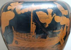 Zpěv mořských panen lákal i řecké námořníky do nebezpečných míst kde lodě troskotaly na skaliskách. Na  váze z let 480 - 470 před naším letopočtem je Odysseus a Sirény (Kredit: British Museum)