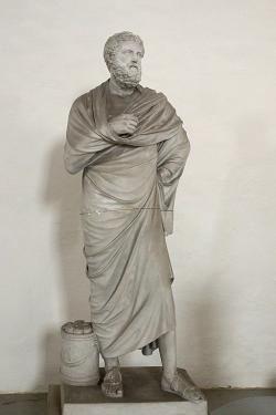 Sofoklés, archetyp z doby kolem roku 340 před n. l. Sádrový odlitek. Galerie antického umění v Hostinném. Originál je v Lateránském muzeu v Římě. U nohy nemá koš na odpad, ale schránu na svitky tragédií. Kredit: Zde, Wikimedia Commons.