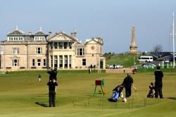 Old Course v St. Andrews ve Skotsku. Od poloviny osmnáctého století je  standardní 18-ti jamkové. (Kredit: Golf Advisor)