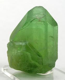 Olivín z Pakistánu. Chemicky jde o (Mg, Fe) 2 SiO 4. Zajmavé na olivínech je, že u nich (tak jako u jiných kamenů) nejsou známé úpravy, které by například  zahříváním, ozařováním, voskováním,... vylepšovaly jejich barvu a průhlednost. Syntetický olivín se také nevyrábí, a tak prodejci by vás mohli napálit jen imitací zeleného skla. Ta se dá ale snadno prokouknout.  Olivín, na rozdíl od skla,  oplývá silným dvojlomem světla a k tomu stačí obyčejná lupa.   Kredit: Rob Lavinsky, iRocks.com - CC-BY-SA-3.0