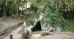 Na adrese Les Cott�s, France, sv�ho �asu prokazateln� bydleli neandert�lci. Pro� se rozhodli sv� 1+1 opustit v nepo��dku a zanechat tam i kousky opracovan�ho burelu, se m�eme jen domn�vat.  (Kredit: Marie Soressi, Leiden University)