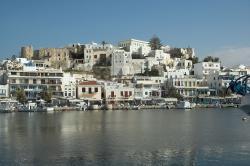 Kastro nad pobřežní zástavbou, z malého mola přístavu. Vlevo nahoře je Byzantské muzeum na Naxu, vpravo nahoře archeologické. Kredit: Zde, Wikimedia Commons. Licence CC 4.0.