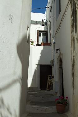 Vchod do inkriminovaného starožitnictví je vpravo za muškáty. Kredit: Zde, Wikimedia Commons. Licence CC 4.0.