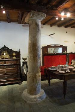 Jeden antický sloup stojí i v další místnosti. Kredit: Zde, Wikimedia Commons. Licence CC 4.0.