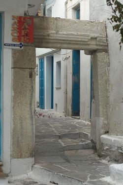 Pořádná brána v uličkách Naxijské Chóry. Je archaická nebo středověká? Asi obojí. Kredit: Zde, Wikimedia Commons. Licence CC 4.0.