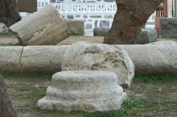 Přebytečné sloupy zůstaly také ve čtvrti Grotta. Kredit: Zde, Wikimedia Commons. Licence CC 4.0.