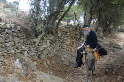 Pop z Ormos Aigialí se vrací z pouti k sv. Janu Theologovi. Amorgos. Kredit: Zde, Wikimedia Commons.
