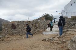 Poslední poutníci se vracejí z hor. Ag. Ioannes Theologos, Amorgos. Kredit: Zde, Wikimedia Commons.