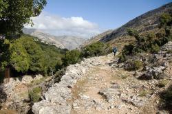 Zvlášť krásné kalderími z Apeiranthu k Ag. Kyrikaki a smirkovým dolům. Naxos. Kredit: Zde, Wikimedia Commons.