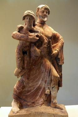 Zeus unáší Ganyméda, 480–479 př. n. l. Archeologické muzeum v Olympii. Kredit: Joanbanjo, Wikimedia Commons.