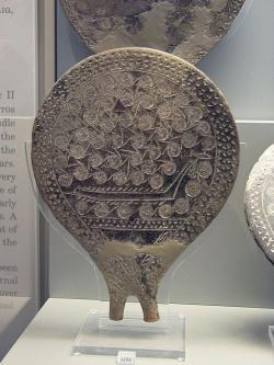 """Loď ve vlnách, reliéf na """"kykladské pánvičce"""" z ostrova Syru, kulturní fáze (skupina) Keros-Syros, 2800-2300 před n. l. Národní archeologické muzeum v Athénách, inv. č. 6184. Kredit: Zde, Wikimedia Commons."""