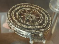 """Se spirálou v 9-cípé hvězdě. Vrypy jsou vyplněné bílým kaolínem, stav v starší restauraci. """"Ne ženský"""" typ. Nález z pohřebiště u Kato Mili na ostrově Pano Koufonisi na Malých Kykladách, 2800 až 2500 před n. l. Archeologické muzeum na Naxu (v Naxijské Chóře). Kredit: Zde, Wikimedia Commons."""