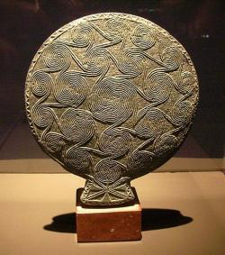 Kykladská pánvička, zcela netypicky vyřezaná ze steatitu, 2800 - 2300 před n. l. Národní archeologické muzeum v Athénách, navráceno z Karlsruhe jako lup z ilegálních výkopů na Naxu v 70. letech. Kredit: Waldviertler, Wikimedia Commons.