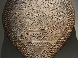 Na přídi lodi je napíchnutá velká ryba, asi tuňák, a visí oštěpy nebo harpuny, detail. Národní archeologické muzeum v Athénách, inv. č. 4974. Kredit: Zde, Wikimedia Commons.