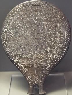 """Kykladská """"pánvička"""" pouze se spojenými spirálami, skupina Keros-Syros, 2800 - 2300 před n. l. Národní archeologické muzeum v Athénách. Kredit: Zde, Wikimedia Commons."""
