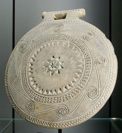 Snad z ostrova Syru, kolem 2700 před n. l., skupina (fáze) Kampos. Průměr 20 cm, výška 22 cm, tloušťka 4 cm. Louvre Museum, CA 2991. Kredit: Marie-Lan Nguyen, Wikimedia Commons.