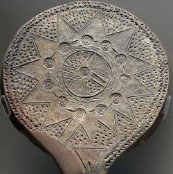 Koncentricky zdobená, ale přitom s ženským přirozením, 2800 -2300 před n. l. Národní archeologické muzeum v Athénách. Kredit: Zde, Wikimedia Commons.