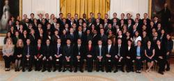 Sara Sawyer mezi vyznamenanými vědci (PECASE 2011) spolu s prezidentem Obamou v Bílém domě. Kredit: Sara Sawyer.