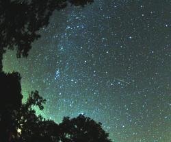 """Částečky, které posbírala Rosetta v ocasu komety 67/P jsou podobné těm, které  jsme před měsícem obdivovali jako Perseidy. Ty ale pocházely z ocasu komety 109P/Swift–Tuttle. Autorem fotografie """"Perseidy s mléčnou dráhou"""" je  Brocken Inaglory. Wikipedie, CC BY-SA 3.0)"""