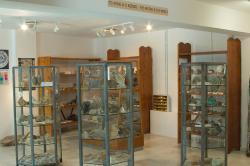 Sálek s mineralogickou sbírkou v Apeiranthu. Kredit: Zde, Wikimedia Commons. Licence CC 4.0.
