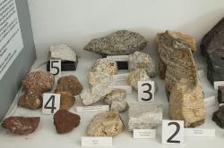 Malá část vzorků naxijských minerálů. Kredit: Zde, Wikimedia Commons. Licence CC 4.0.