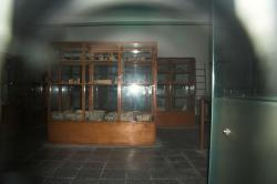 Pohled od vchodu do Archeologického muzea v Apeiranthu. Kredit: Zde, Wikimedia Commons. Licence CC 4.0.