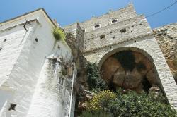Jeden z kostelů a hrad Zevgolis v Apeiranthu. Kredit: Zde, Wikimedia Commons. Licence CC 4.0.