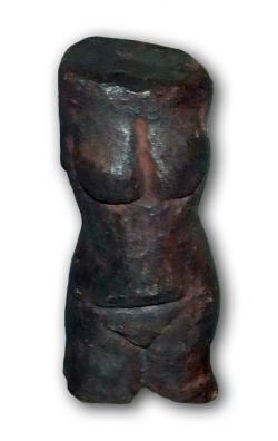 Věstonická Venuše není jedinou podobnou soškou, známou z našeho území. O několik tisíc let mladší je tzv. Petřkovická (či Landecká) Venuše, objevená roku 1953 v Ostravě. Kredit: Kozuch, Wikipedie (CC BY-SA 3.0)