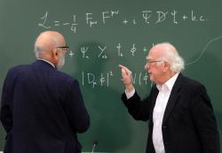Peter Higgs a Francois Englert v laboratoři CERN (zdroj CERN).