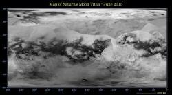 Topografická mapa Titanu z radarových snímků sondy Cassini. Tmavá místa poblíž severního pólu představují moře a jezera uhlovodíků.  Kredit: NASA/JPL-Caltech/Space Science Institute