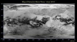 Topografick� mapa Titanu z radarov�ch sn�mk� sondy Cassini. Tmav� m�sta pobl� severn�ho p�lu p�edstavuj� mo�e a jezera uhlovod�k�.  Kredit: NASA/JPL-Caltech/Space Science Institute