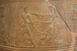 Žena a raněný dorůstající kluk se snaží obměkčit mladého vojáka. Kredit: Zde, Wikimedia Commons. Licence CC 4.0.
